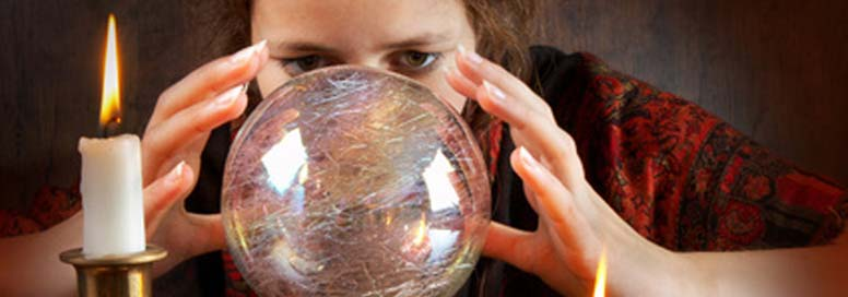 sensitiva che legge la sfera di cristallo